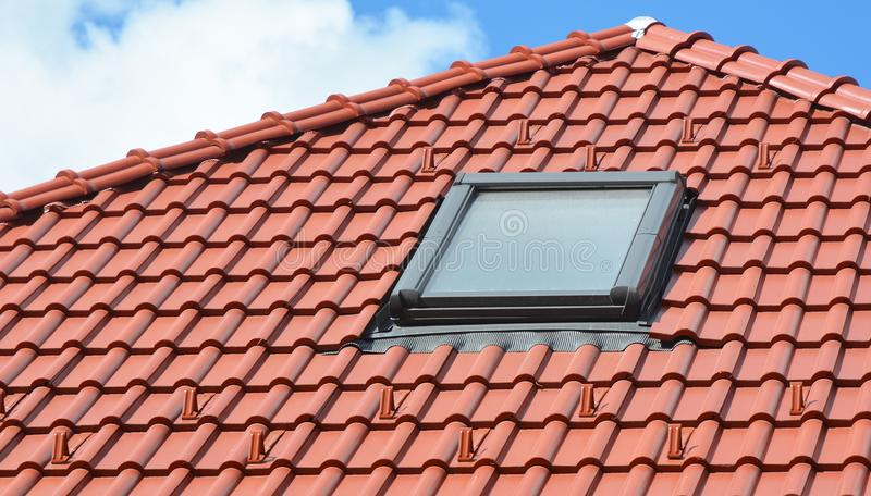 Takfönsterfönster på modernt hustak royaltyfri foto