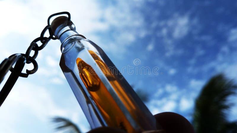 Taki piękna szklana butelka z super naturalnym tłem zdjęcia stock