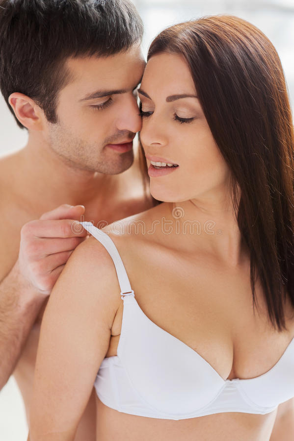 мужчины девушкам снимают лифчики и ани целуюца девушки снимают лифчик и подобранный для