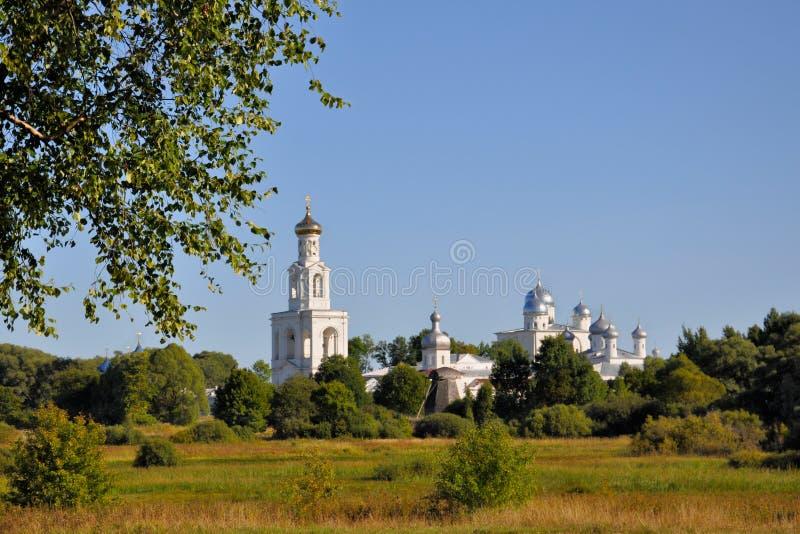 Takken van een berk op een achtergrond van Jurev-klooster in de de zomeravond, Veliky Novgorod, Rusland stock fotografie