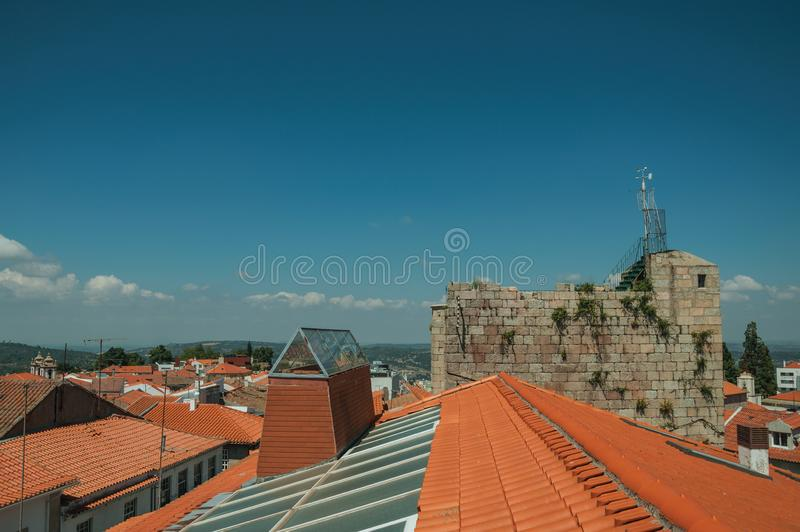 Taklägga överst av byggnad och stena tornet royaltyfri foto