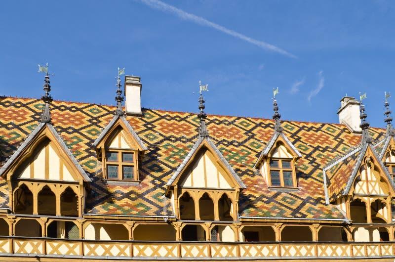 Taklägga av klosterhärbärgen, Beaune royaltyfri bild