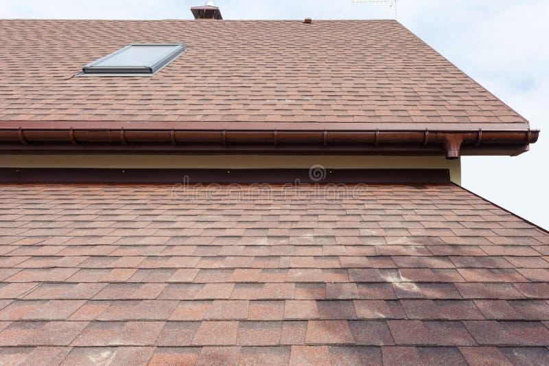Taklägga huset för konstruktion och för byggande nya med den modullampglaset, takfönster, loften, vindskupefönster och takfot royaltyfri fotografi