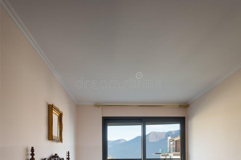 Taklägga och fönster royaltyfri foto