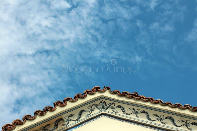 Taklägga och skyen arkivbild