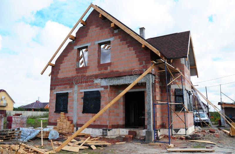 Taklägga tegelstenhus för konstruktion och för byggande nytt keramiskt med den modulyttre lampglaset, takfönster, loften, fasaden royaltyfri fotografi