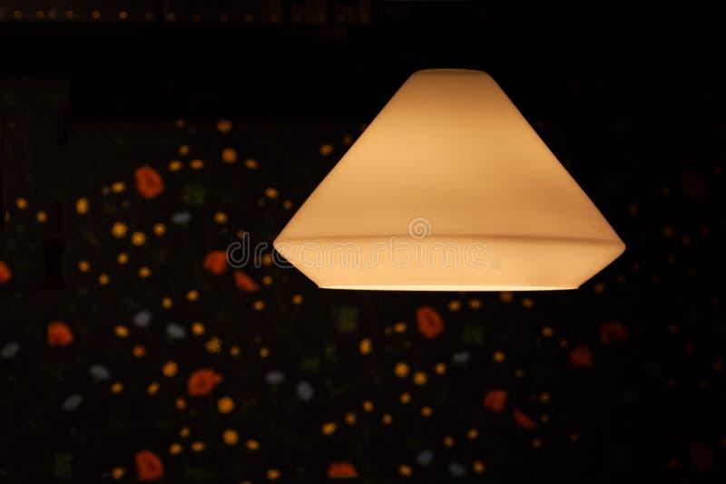 Taklampskugga som glöder över bakgrund fotografering för bildbyråer