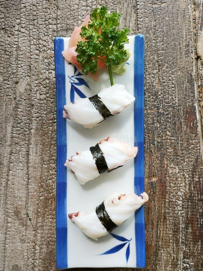 Tako do sushi no prato cerâmico japonês tradicional fotos de stock