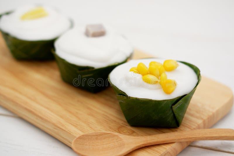 Tako, traditioneller thailändischer Pudding mit Kokosnusssahnehäubchen stockfotografie