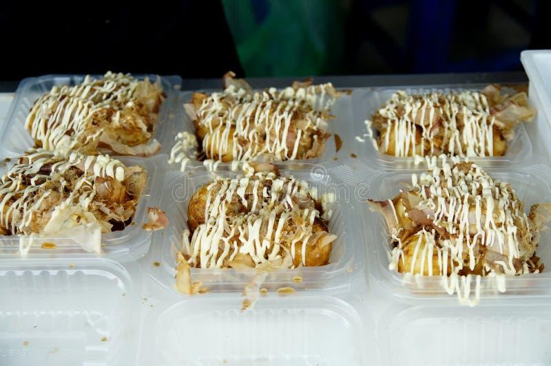 Takoyaki с надувательством майонеза на уличном рынке стоковая фотография rf