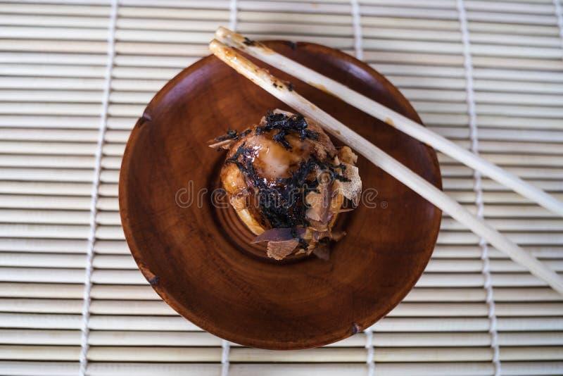 Takoyaki bracht een houten bruine schotel aan, stock afbeelding