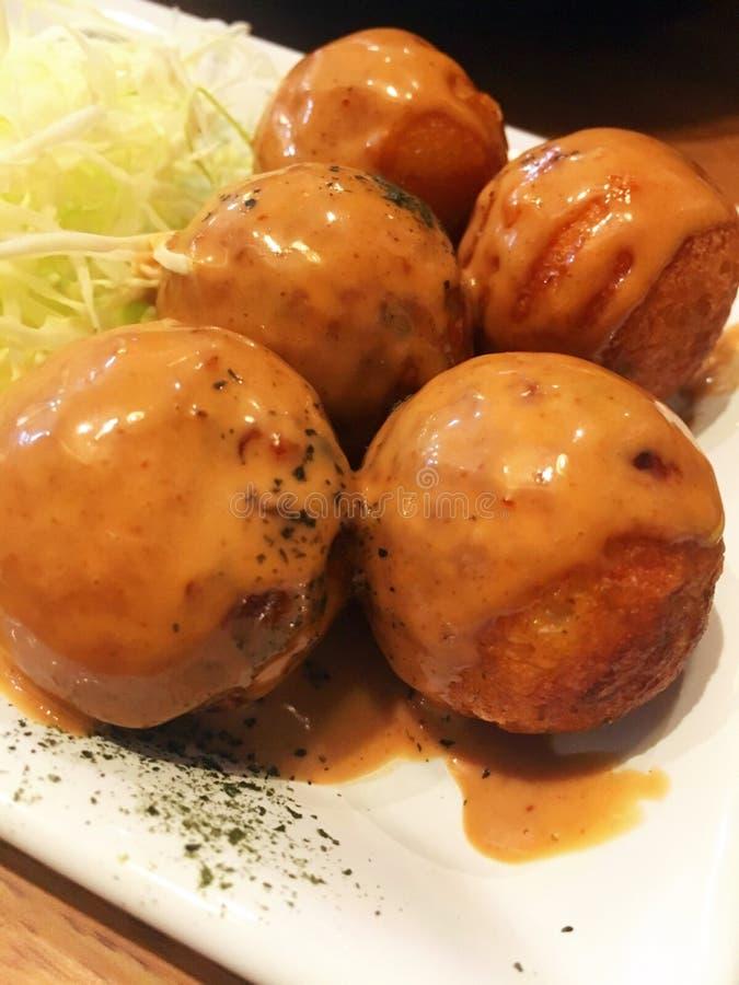 Takoyaki con salsa e la verdura fotografia stock