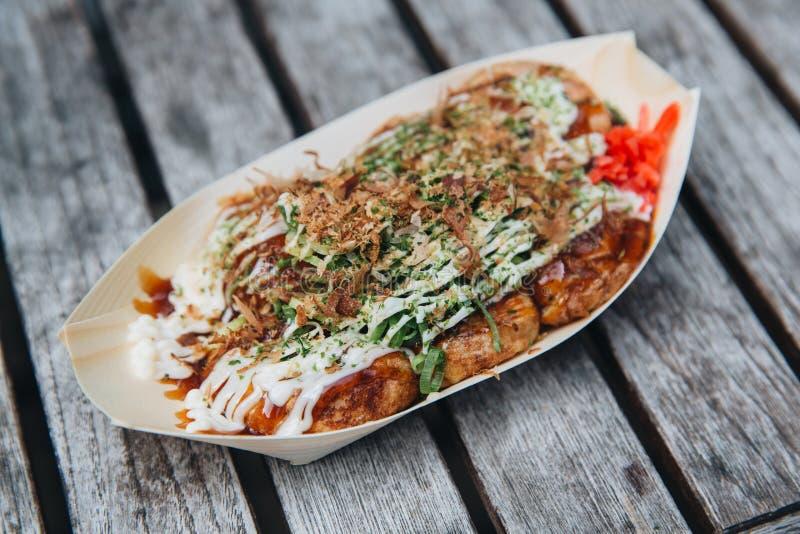 Takoyaki op houten lijst royalty-vrije stock fotografie