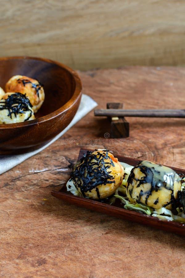 Takoyaki op houten lijst met eetstokjes royalty-vrije stock fotografie