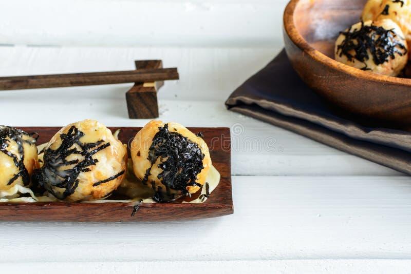 Takoyaki op houten lijst met eetstokjes royalty-vrije stock foto