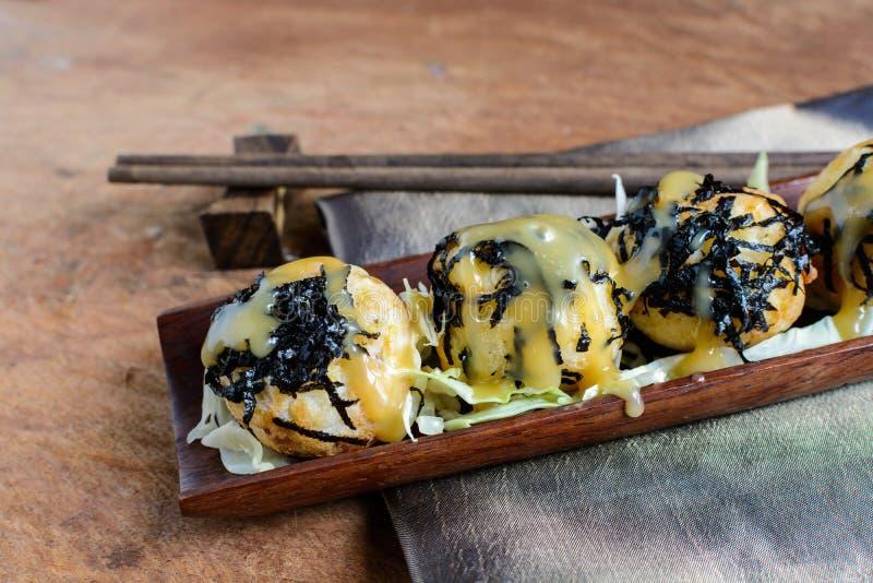Takoyaki op houten lijst met eetstokjes, Japans voedsel royalty-vrije stock fotografie