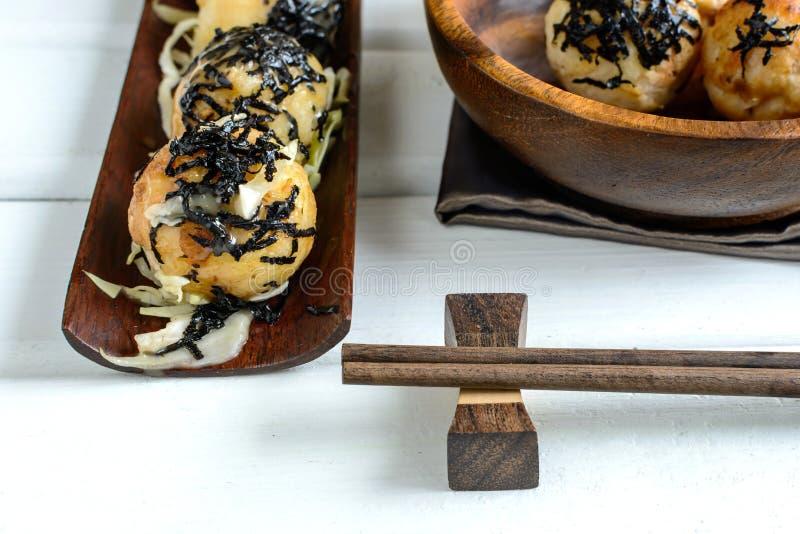 Takoyaki op houten lijst met eetstokjes, Japans voedsel stock afbeeldingen