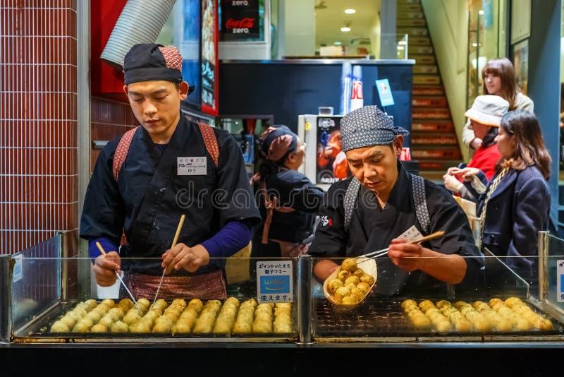 Takoyaki restaurang på Dotonbori i Oskak royaltyfria bilder