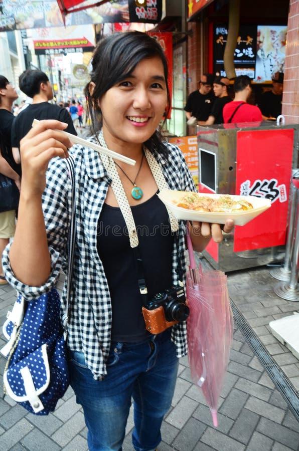 Takoyaki tailandês comer da mulher fotografia de stock royalty free
