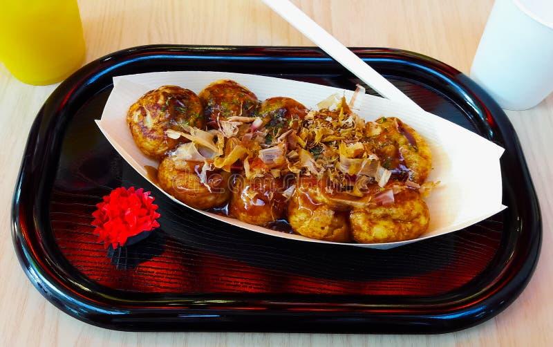 Takoyaki, typische Japanse maaltijd op een houten dienblad royalty-vrije stock foto
