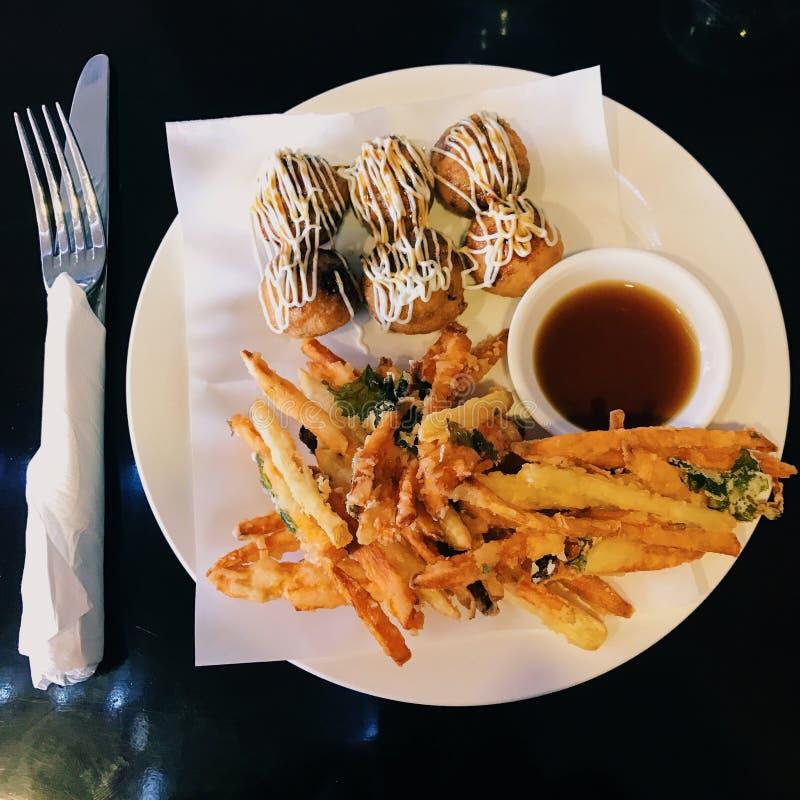 Takoyaki y tempura japoneses del disco de la comida fotos de archivo libres de regalías