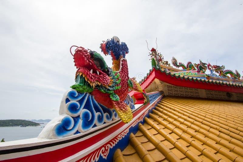 Takprydnad för kinesisk stil på San Chao Pho Khao Yai & x28; Relikskrin av fadern Spirit av den stora Hill&en x29; på Koh Sichang royaltyfria foton