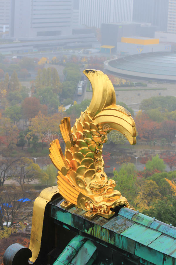 Takprydnad på Osaka Castle i form av shachi arkivfoto