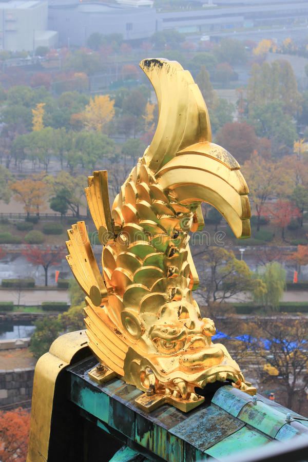 Takprydnad på Osaka Castle i form av shachi royaltyfria foton