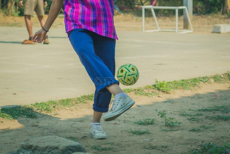 Takraw sepak игры студентов в полдень стоковое изображение rf