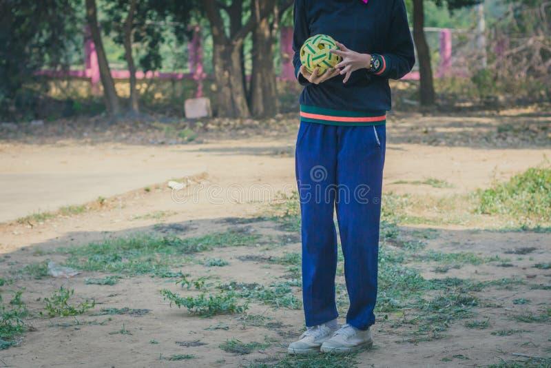 Takraw sepak игры студентов в полдень стоковое фото rf
