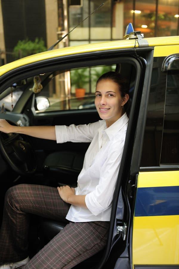 taksówkarz kobieta portreta jej nowy taxi fotografia royalty free