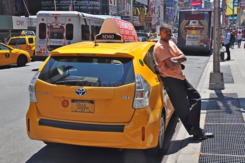 Taksówkarz w Miasto Nowy Jork czekaniu dla klientów obrazy royalty free