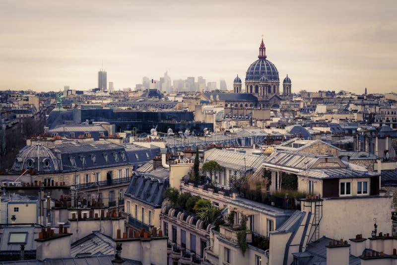 Taksikt av Paris, Frankrike över förorterna arkivfoton