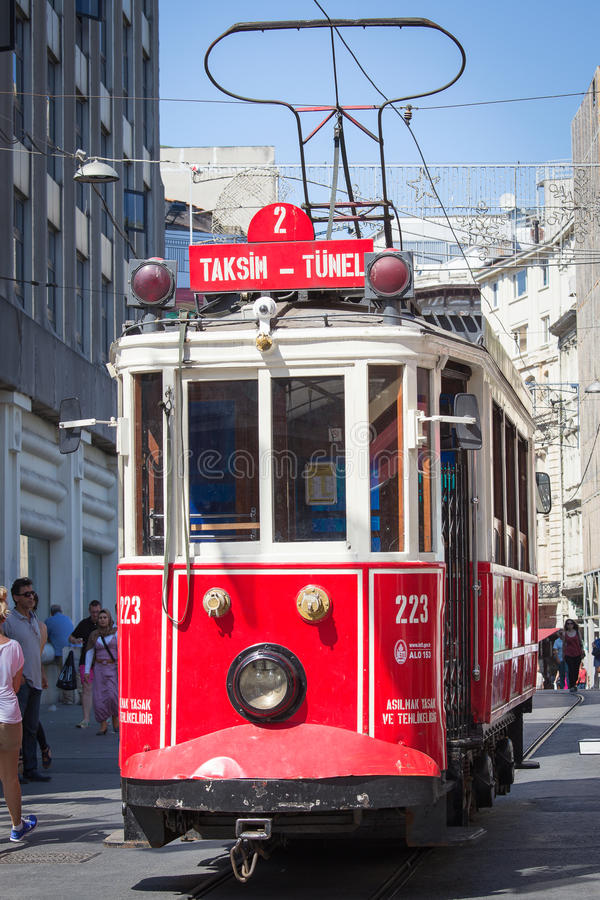 Taksim Tunel nostalgii Tramwajowi trundles wzdłuż istiklal ludzi przy istiklal aleją i ulicy Istanbuł, Turcja obraz royalty free