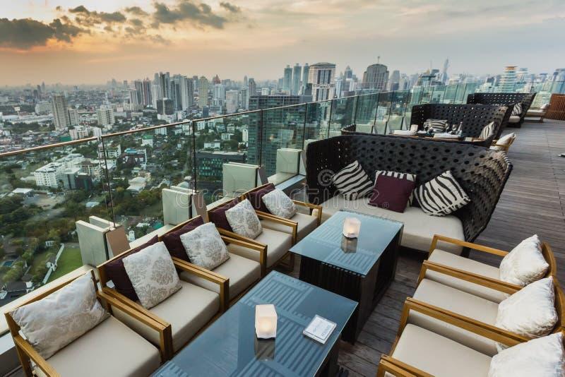 Takstångrestaurang i Bangkok arkivbilder