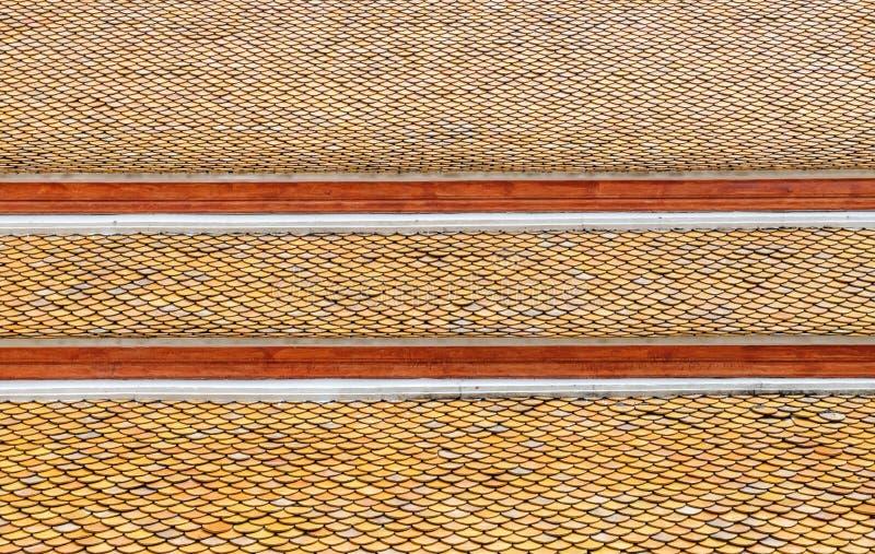 Taktegelplattor av den thailändska templet arkivbilder