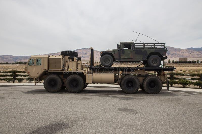 Taktisk lastbil för Milatary skurkroll utvidgad rörlighet fotografering för bildbyråer