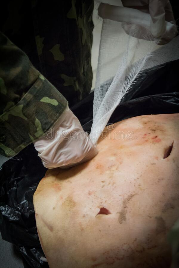 Taktisk medicin Utbildning i tamponad på mannequiner under övningar av militärläkare i Kiev Ukraina royaltyfria bilder