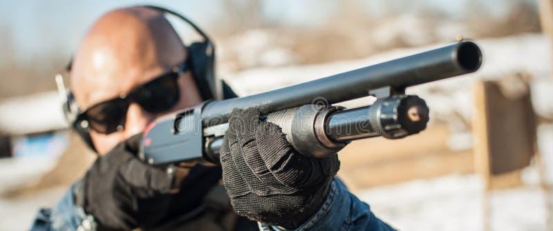 Taktisk utbildning för skytte för stridpumpvapen Kurs för hagelgevärvapenhandling arkivfoton