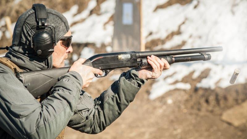 Taktisk utbildning för skytte för stridpumpvapen Kurs för hagelgevärvapenhandling royaltyfri fotografi