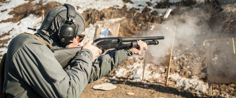 Taktisk utbildning för skytte för stridpumpvapen Kurs för hagelgevärvapenhandling fotografering för bildbyråer