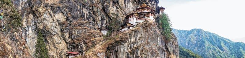 Taktshang Goemba oder Tiger& x27; s-Nest Tempel auf Berg in der Panoramaansicht stockfotografie
