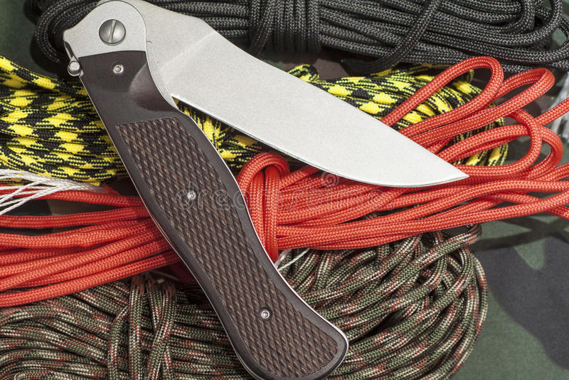 Taktyczny falcowanie nóż z taktyczną arkaną zdjęcie stock