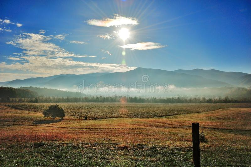 Tal der Berge stockfotografie