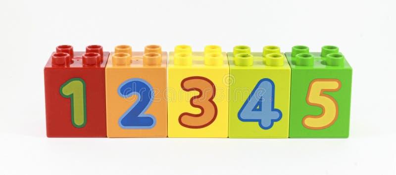 Tal i ordningen 1-5 som visas på konstruktorn antal undervisningsbarn royaltyfri bild