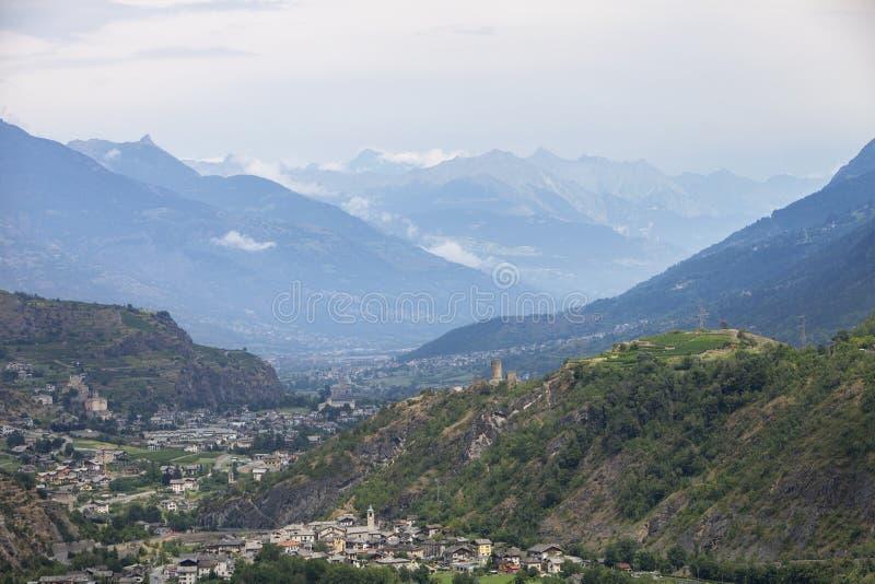 Tal mit Stadt von sierre auf Schweizer Wallis mit hohem Schnee bedeckte Berge mit einer Kappe lizenzfreie stockfotos
