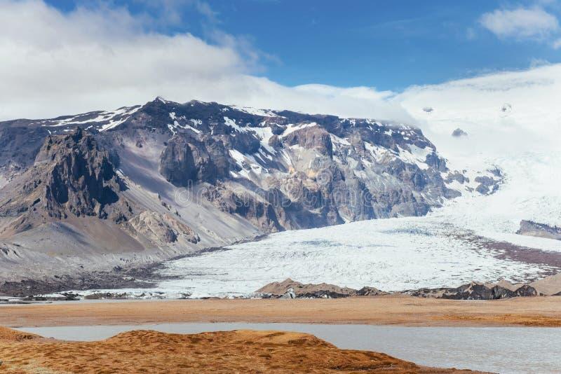 Tal-Nationalpark Landmannalaugar Auf den leichten Steigungen der Berge sind Schneefelder und -gletscher ausgezeichnet stockbild