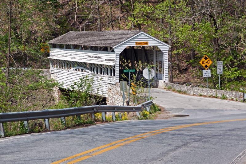 Tal-Schmiede-abgedeckte Brücke stockfotos