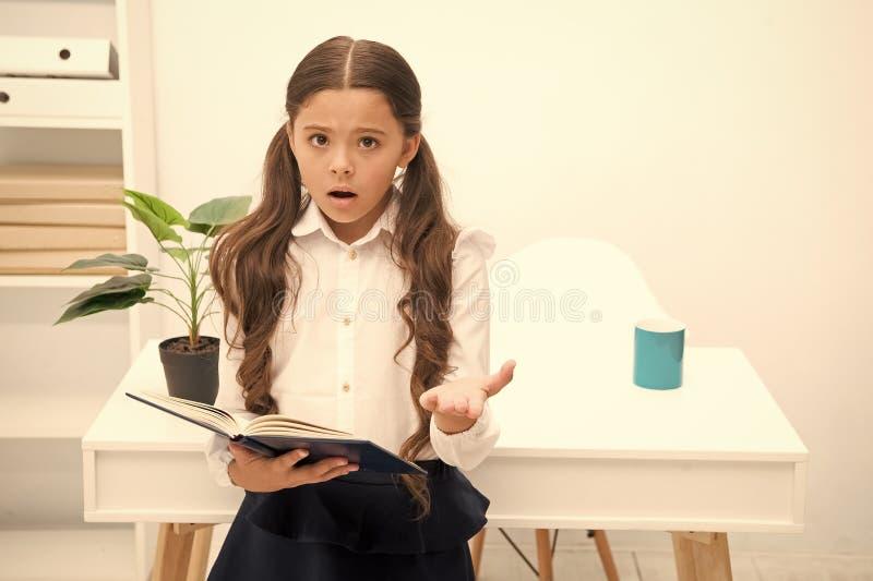 Tal tema dif?cil Estudiar dificultades La muchacha ley? el libro mientras que el interior blanco de la tabla del soporte El estud imagen de archivo