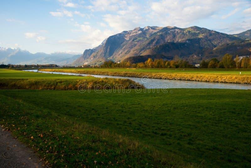 Tal und Berge nahe Koblach, Österreich und der Schweiz lizenzfreies stockbild